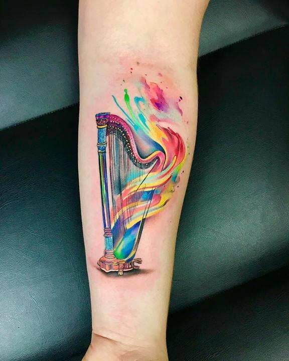 """??Kamila o svém tetovaní: """"Hudba pro mě byla vždy důležitá. A i když pocházím z hudební rodiny, musela jsem si svůj harfový sen tak trochu vybojovat. Teď se hrou na harfu živím a předávám radost dál.  Kamila says about her tattoo: �"""