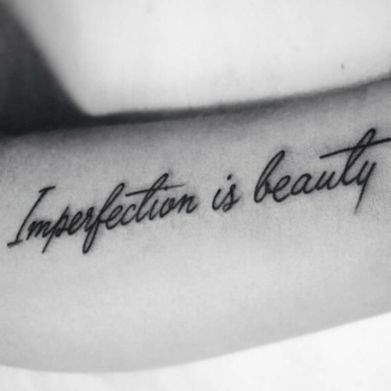 Tatuaje que dice \