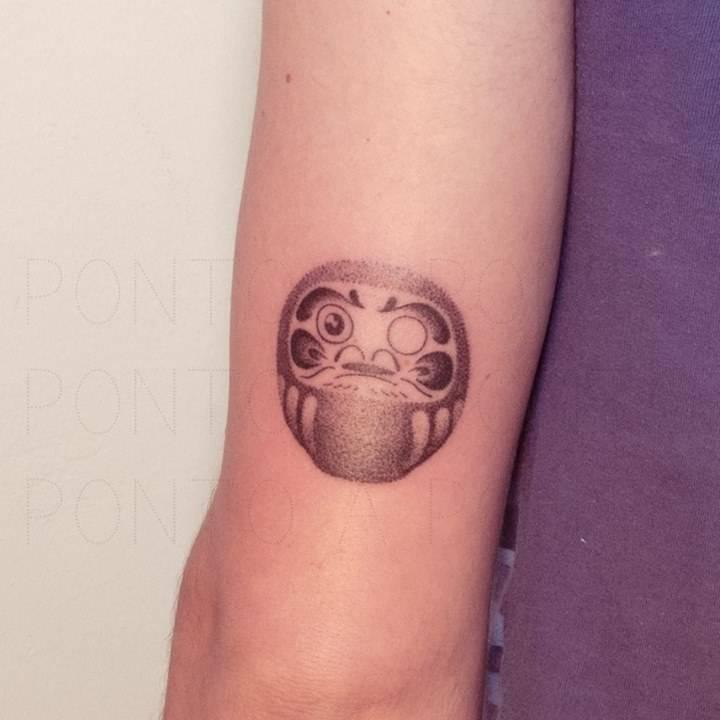 Pequeño Daruma sombreado con banda de puntitos. Tatuaje hecho a mano, sin máquina, ponto a ponto!!