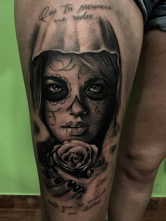 Black and grey La Calavera Catrina tattoo on the right thigh.