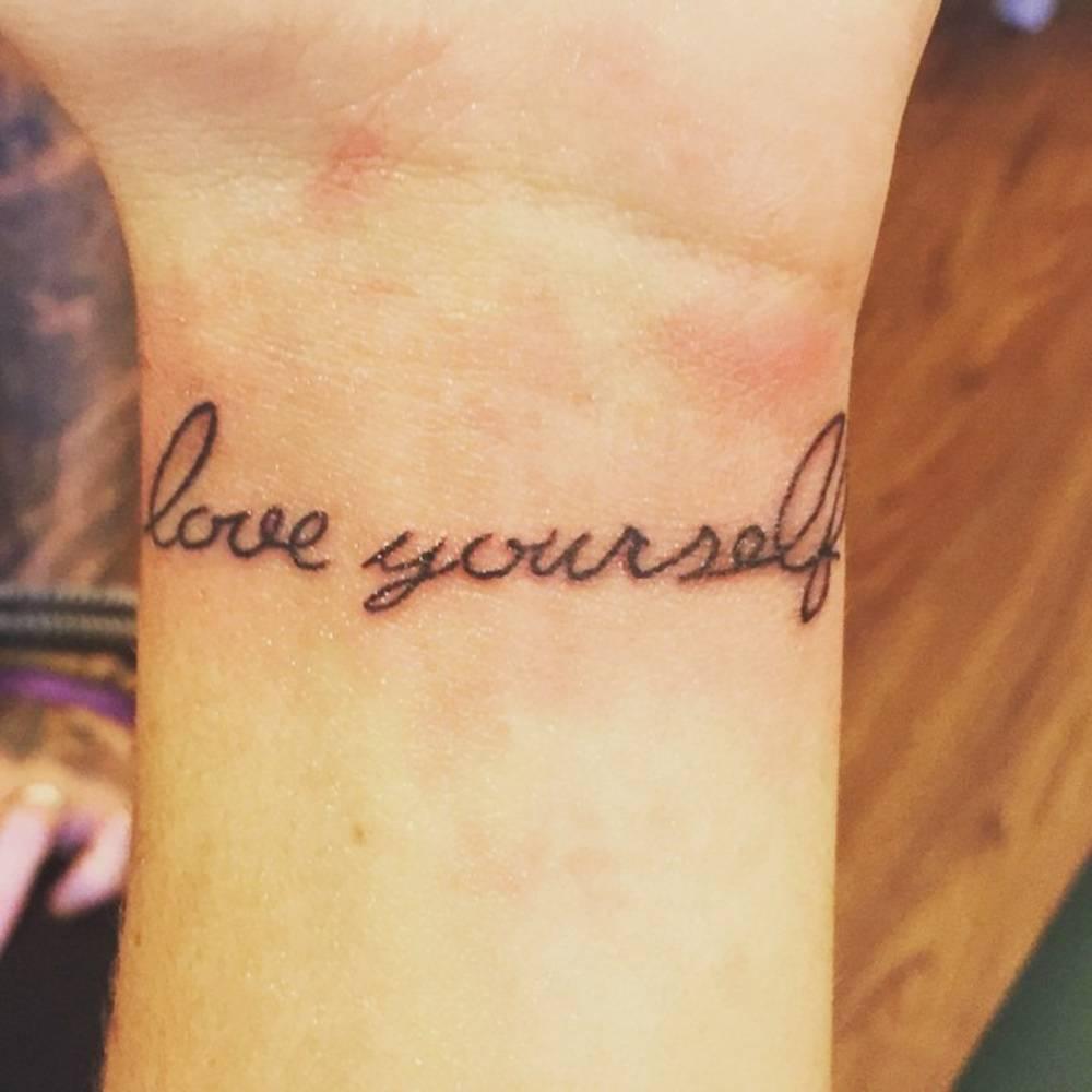 "Tatuaje Love Yourself wrist tattoo saying ""love yourself first"" on michela."