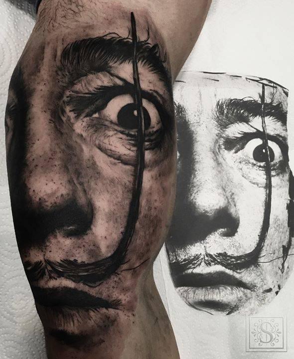 Retrato de Salvador Dalí de estilo black and grey en el interior del brazo, basada en una foto de Philippe Halsman.