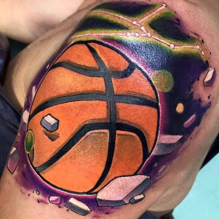 Tatuaje De Un Balón De Baloncesto En El Hombro
