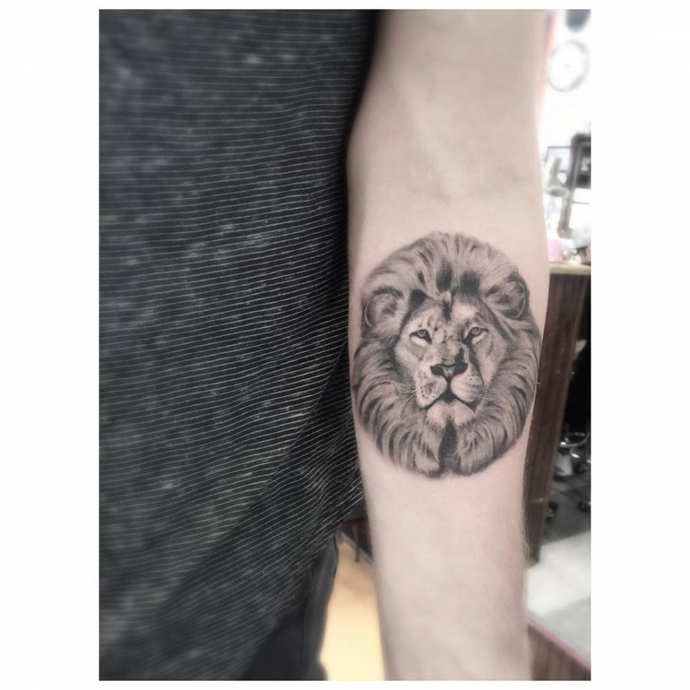 Forearm tattoo of a lion - Photo jambe femme ...