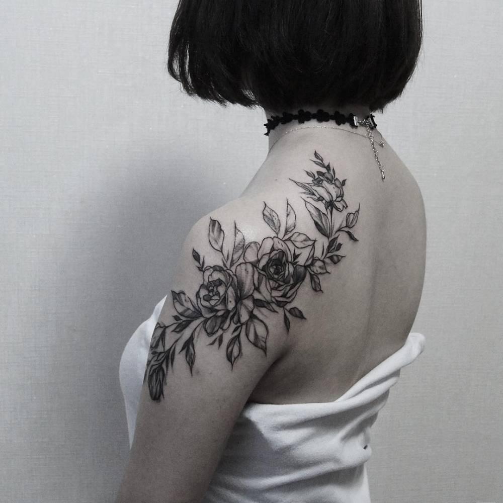 Roses covering the shoulde and the shoulder blade for Female shoulder blade tattoos