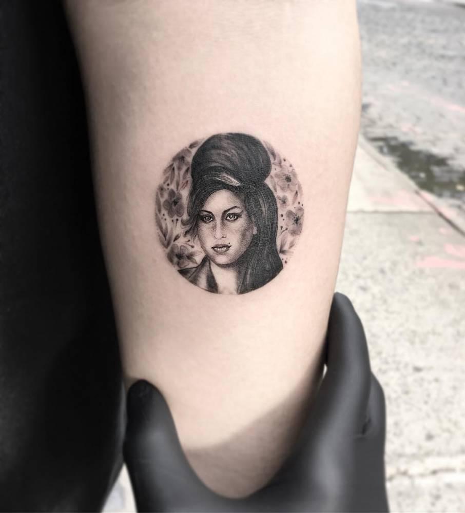 Amy Winehouse circle portrait tattoo.  Amy Winehouse c...