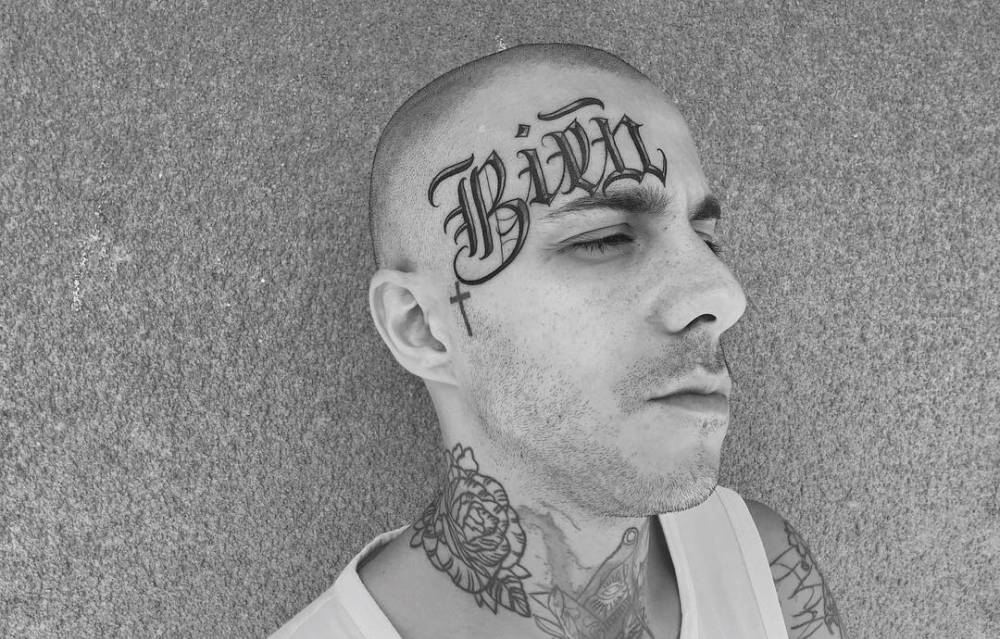 """""""Bien"""" tattoo on the forehead."""