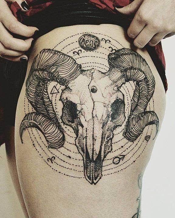 Calavera de carnero de estilo sketch en el muslo izquierdo.