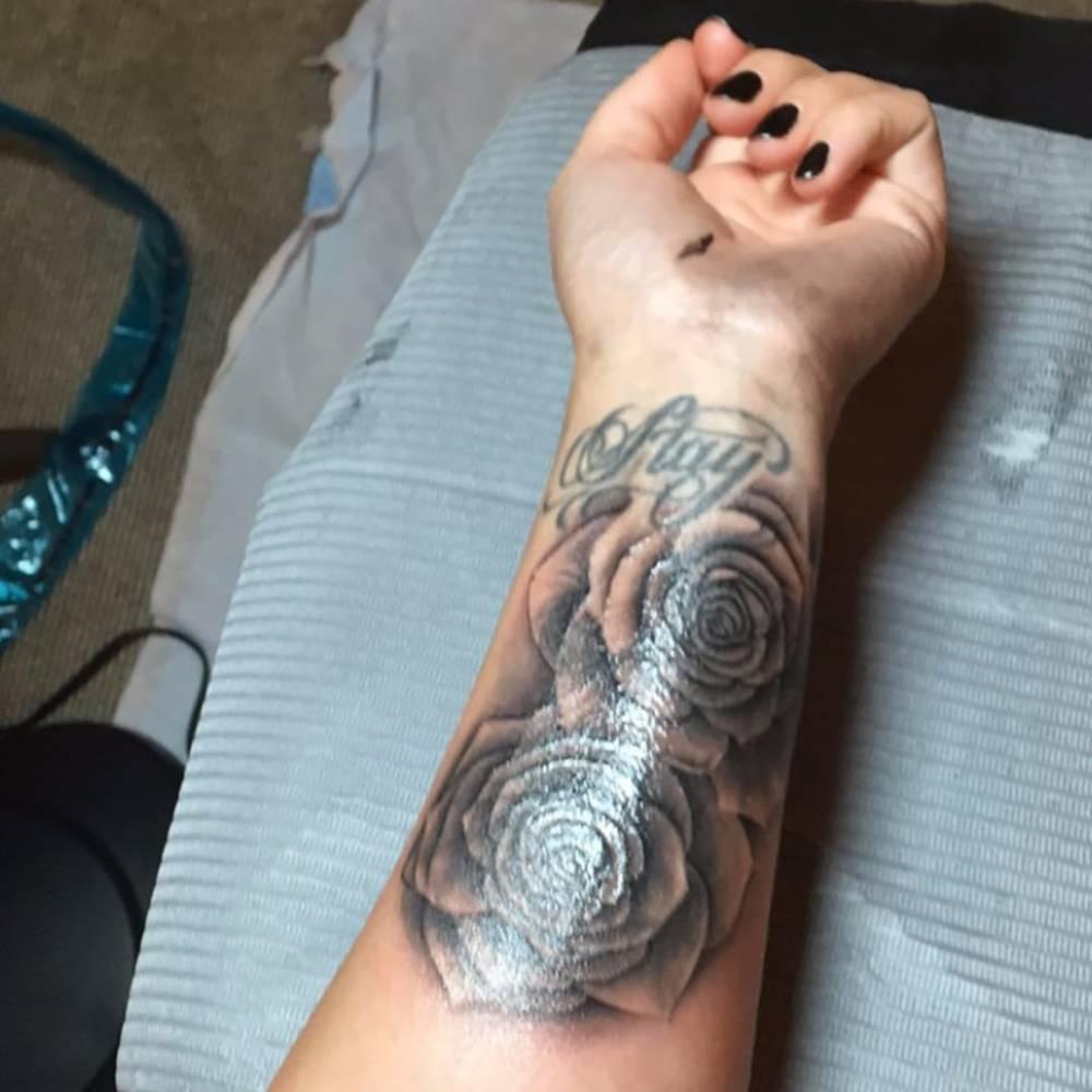 Rose tattoos on Demi Lovato\'s left inner forearm.