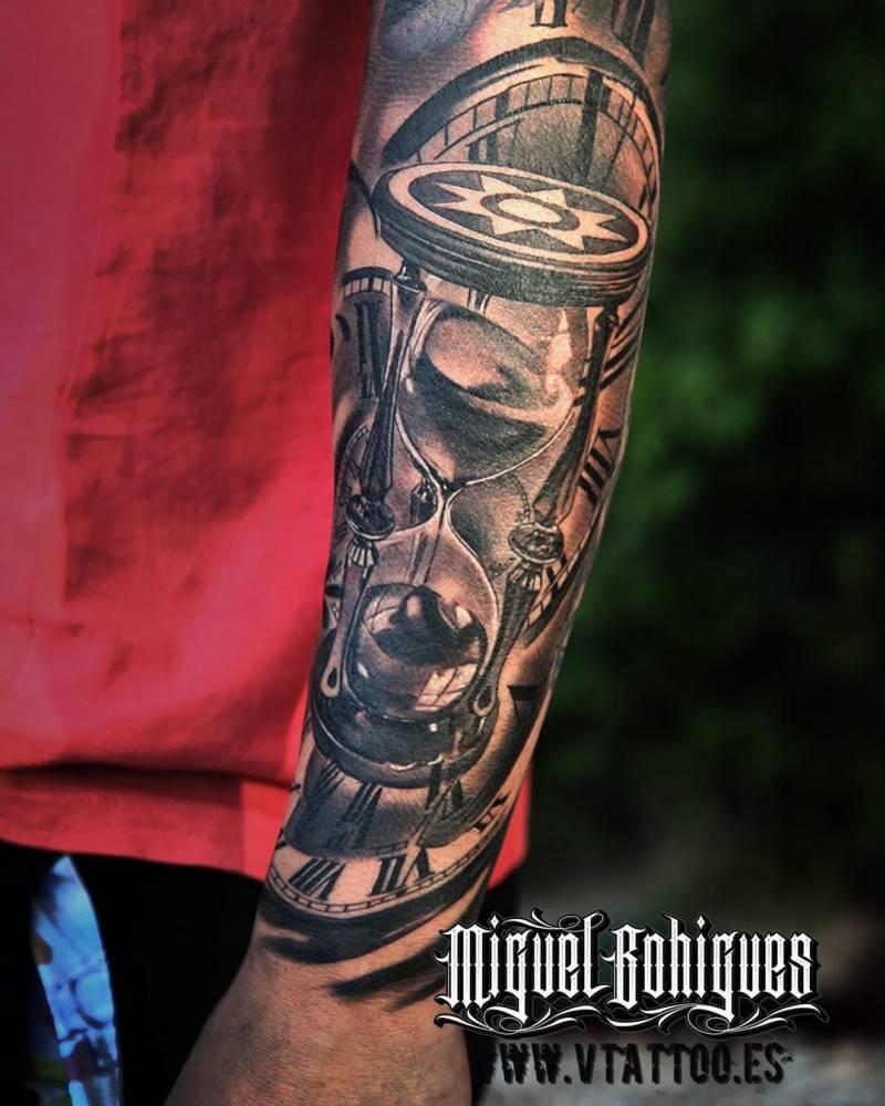 Detalle del tatuaje en el antebrazo de Fernando Torres de estilo black and grey que incluye un reloj de arena.
