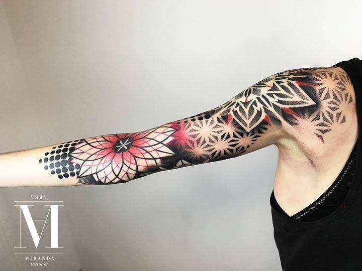 Tatuaje En El Brazo Con Varios Patrones Y Mandalas