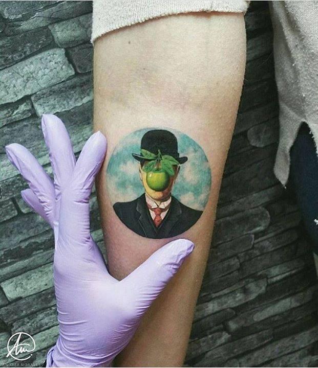 """Enamoradísima me encuentro hoy viernes con este tatuaje de 7cm que representa la obra de Renè Magritte, pintor del siglo XX, """"El hijo del hombre"""". Ha sido un auténtico placer que venga de Sevilla a tatuarse conmigo! Muchísimas gracias por to"""