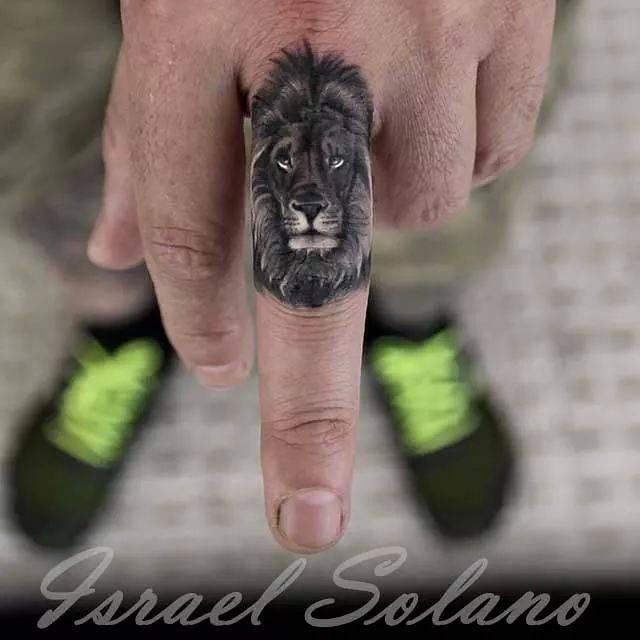 Peque o le n de estilo black and grey situado en el for Animal finger tattoos