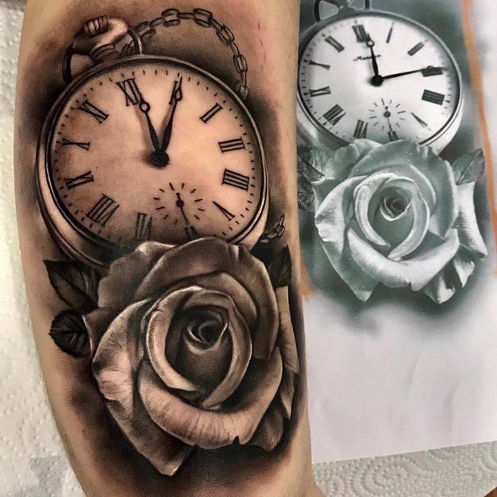 Tatuaje De Un Reloj Junto A Una Rosa De Estilo Black
