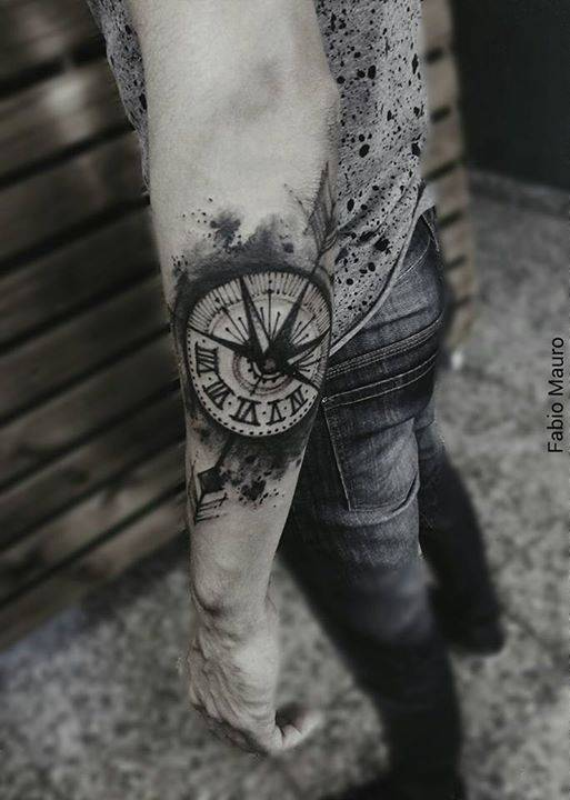 Tatuaje De Un Compás De Estilo Sketch En El Antebrazo