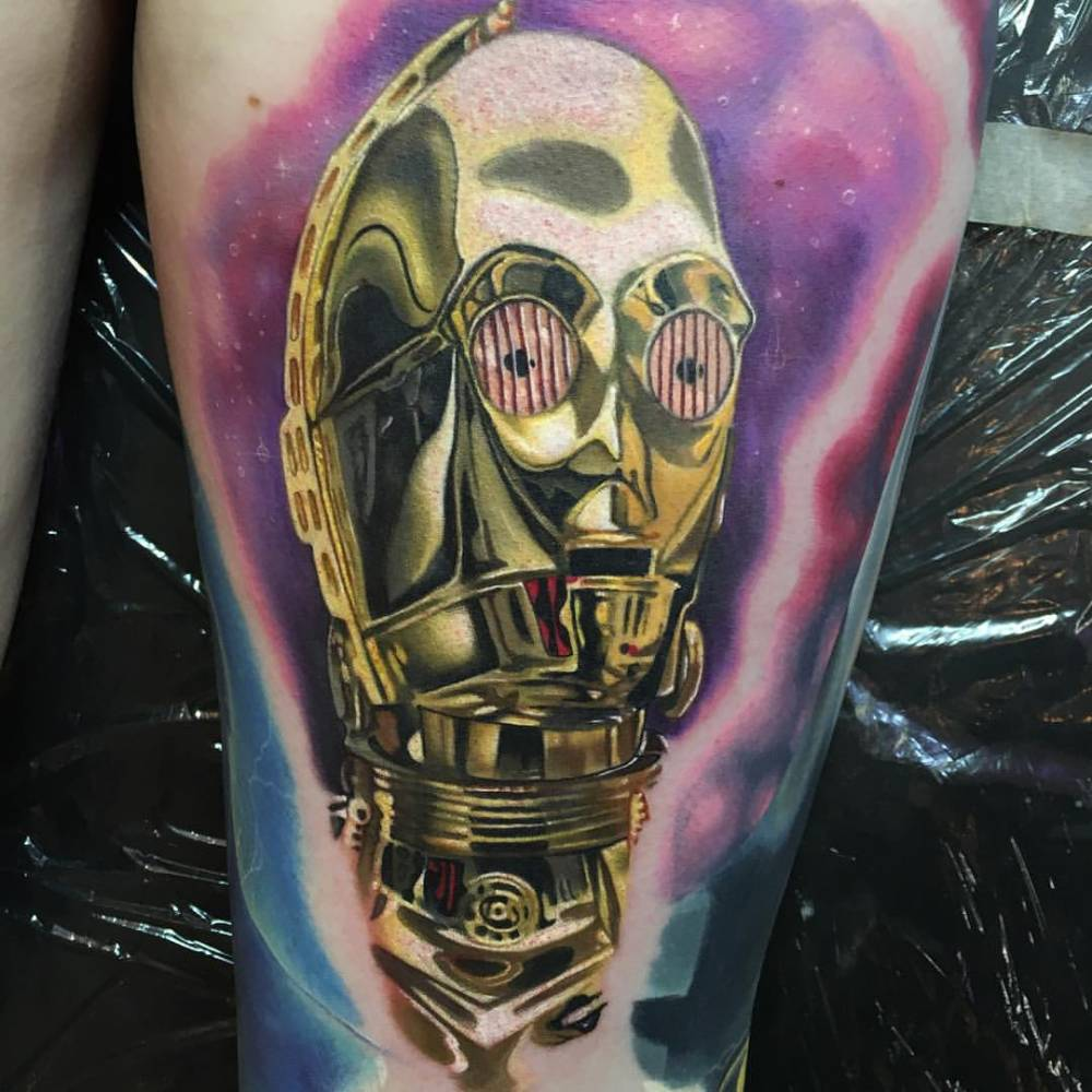 Realistic C-3PO tattoo on the thigh.
