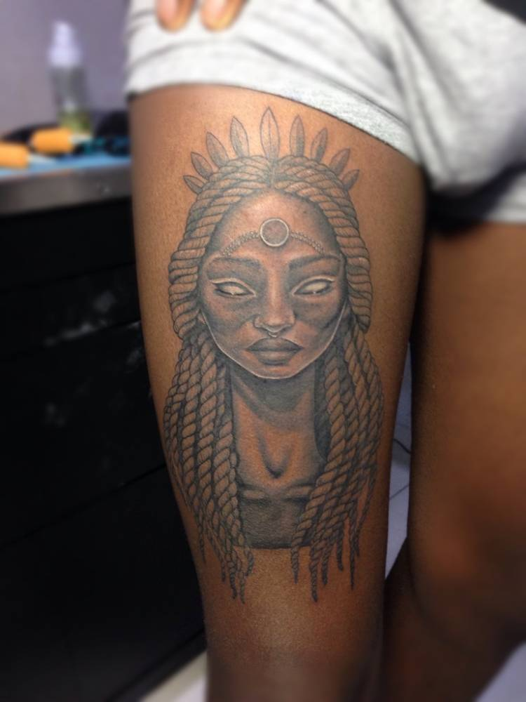 Portrait tattoo on the right thigh.