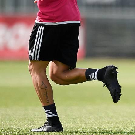 El tatuaje en árabe que Paulo Dybala tiene en su gemelo derecho.