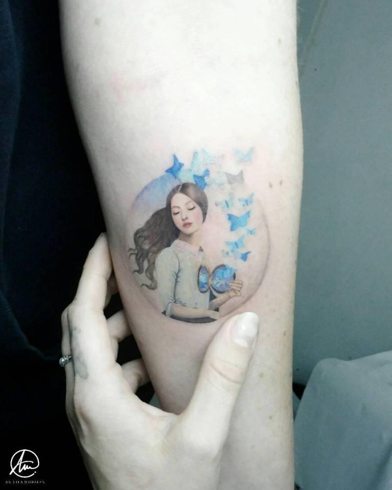 Tatuaje microrealista de 8cm inspirado en la obra 'Set your heart free' del ilustrador Christian Schloe.