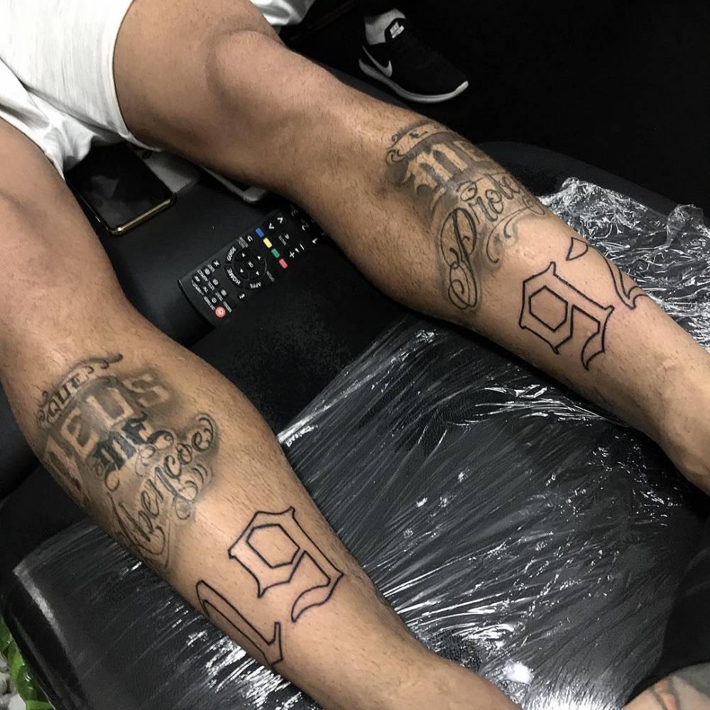 Tatuaje coincidente que dice '1992', en honor al año de nacimiento de Neymar.
