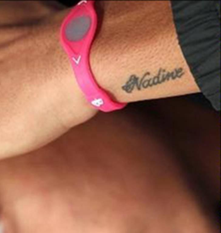 En la muñeca izquierda Neymar lleva tatuado el nombre de su madre, Nadine.
