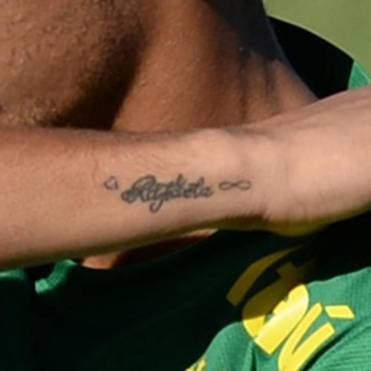 En la muñeca derecha Neymar lleva tatuado el nombre de su hermana, Raffaela.