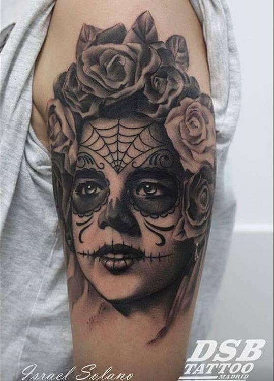 Tatuaje De La Calavera Catrina En Negro Y Gris Situado