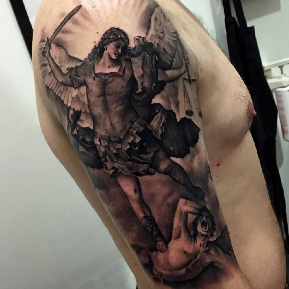Tatuaje Del Arcángel De San Miguel Derrotando Al