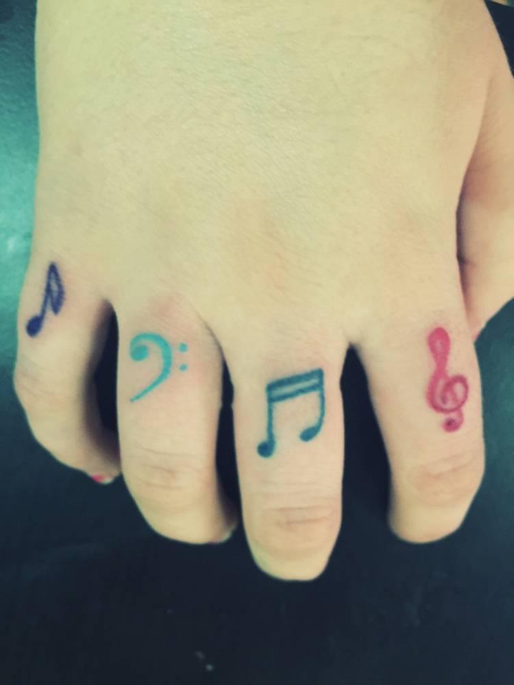 Tatuajes En Distintos Colores De Notas Musicales Y Las