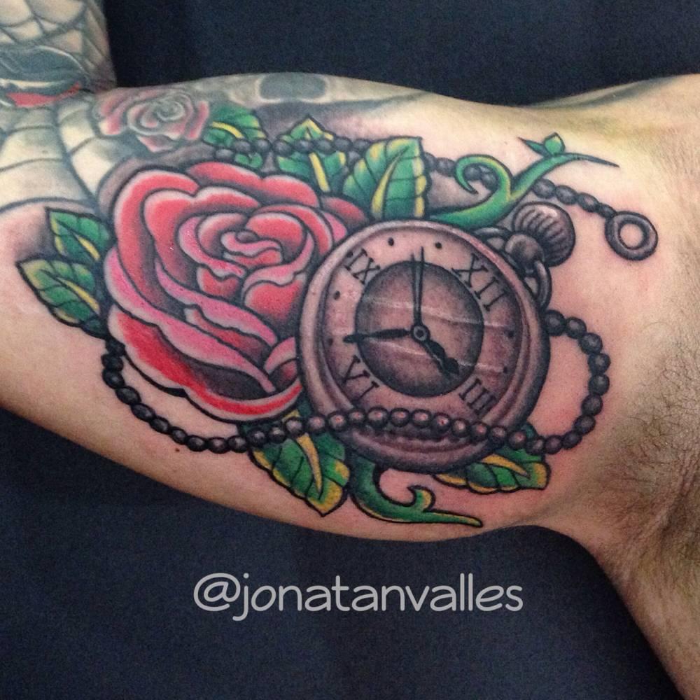 Tatuaje De Un Reloj De Bolsillo Y Una Rosa