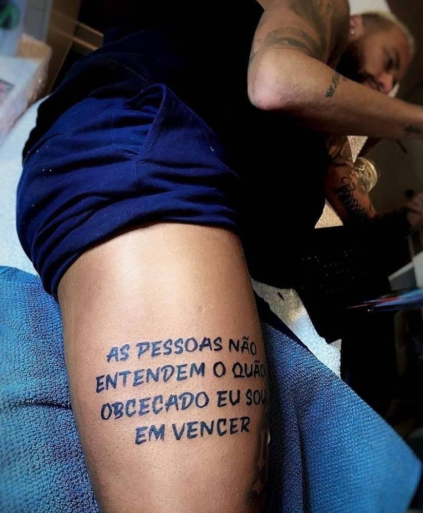 """""""As pessoas não entendem o quão obcecado eu sou em vencer"""" lettering tattoo on Neymar's thigh"""