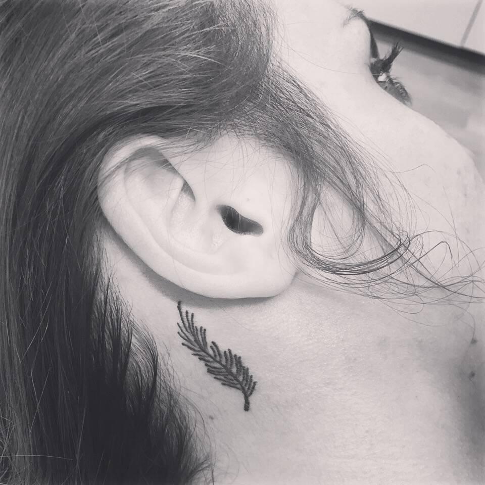 Tatuaje De Una Pluma Detrás De La Oreja De Eli