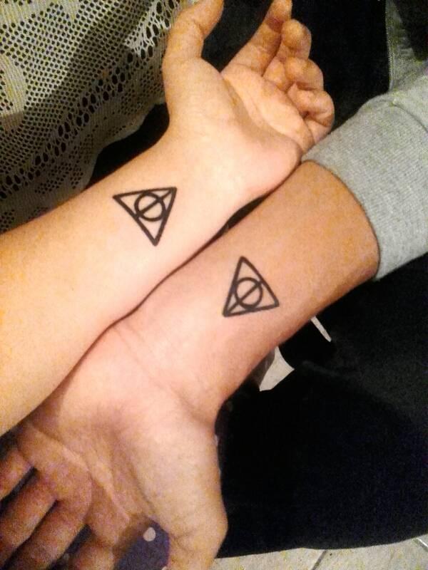 Tatuaje Coincidente Del Símbolo De Las Reliquias De La