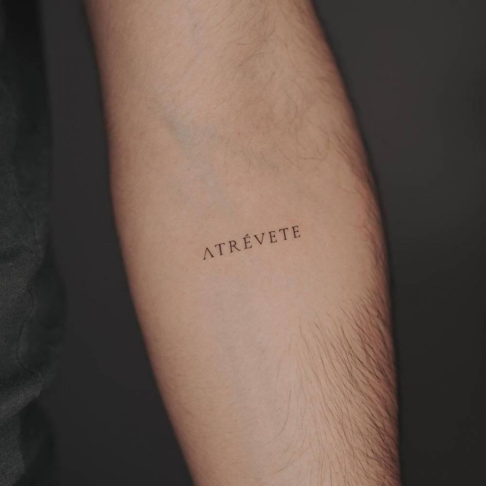 """""""Atrévete"""" lettering tattoo on the inner forearm."""
