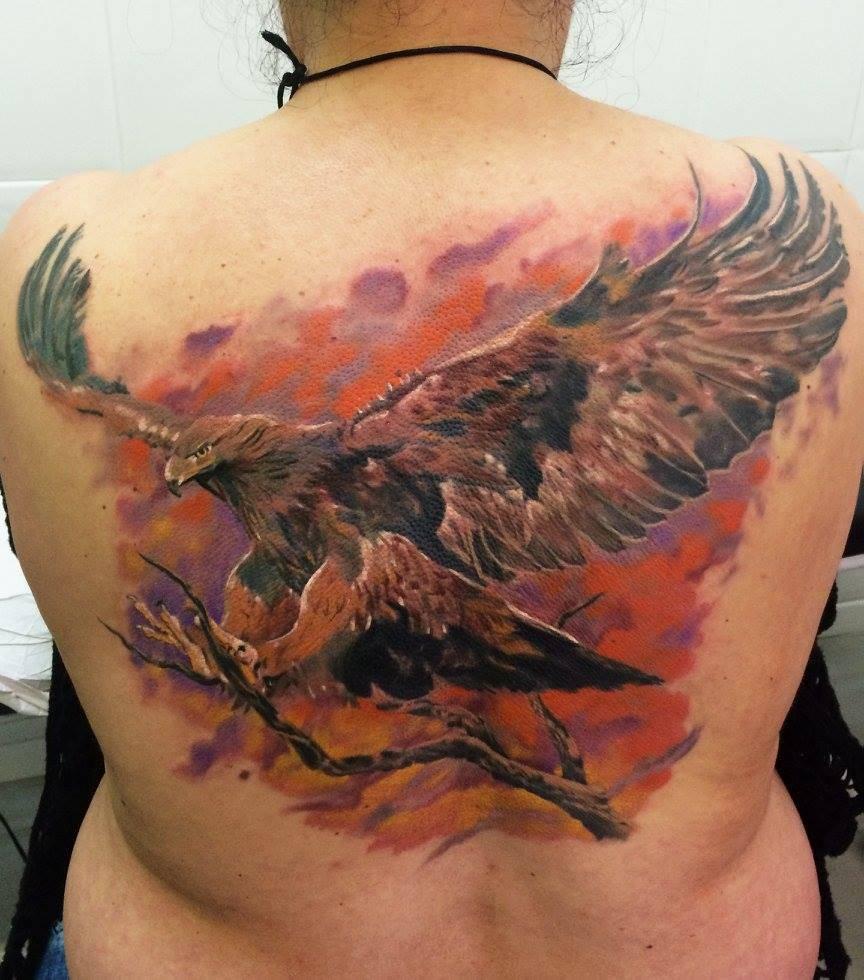 Aguila En La Espalda tatuaje realista de un águila en la espalda.