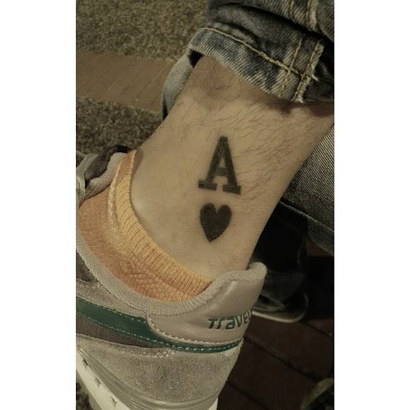 Tatuaje Del Símbolo Del As De Corazones En El Tobillo