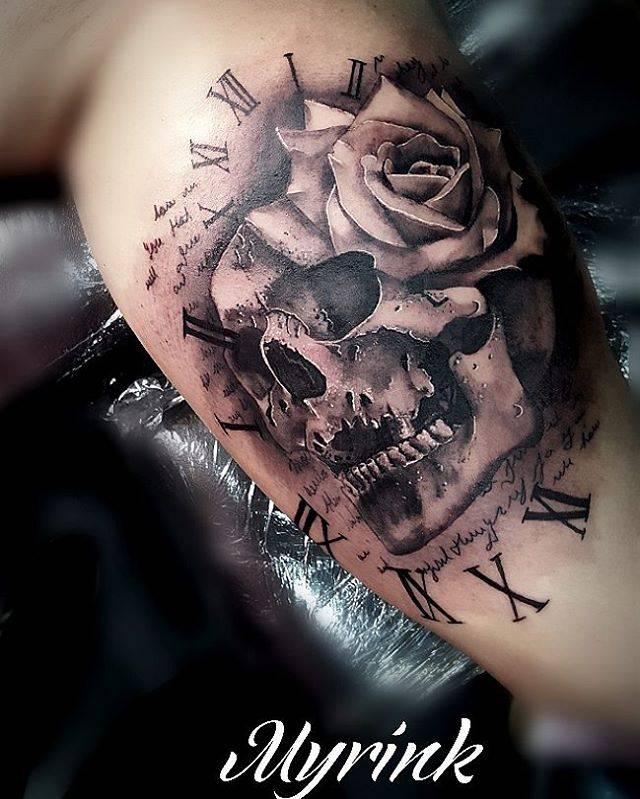 Tatuaje De Estilo Black And Grey De Una Calavera Junto