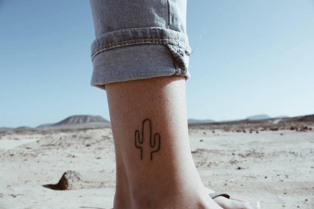 Tatuaje Cactus cactus tattoo on the right ankle.