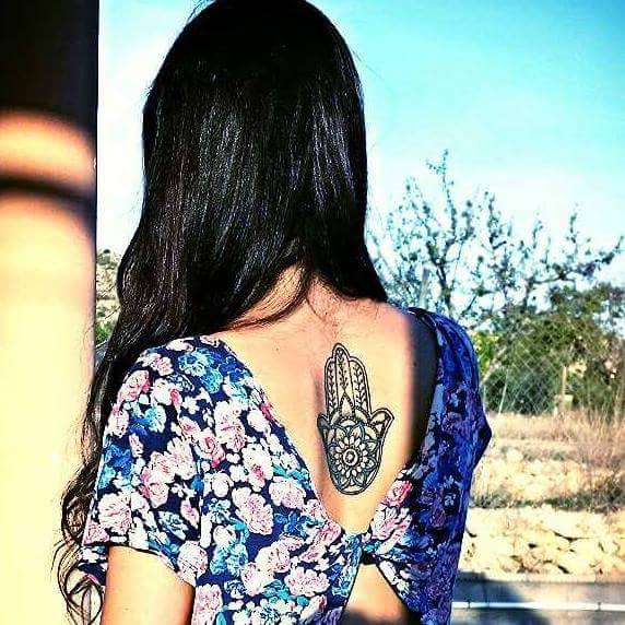 Tatuaje De La Mano De Fátima En La Espalda De