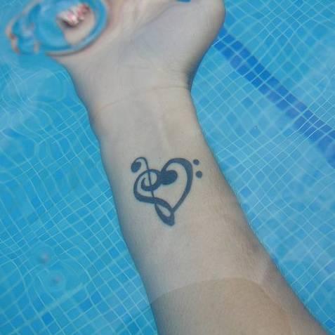 Pequeño Tatuaje De Un Corazón Formado Por La Clave De