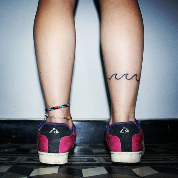 Pequeño Tatuaje De Tres Olas En La Pantorrilla De