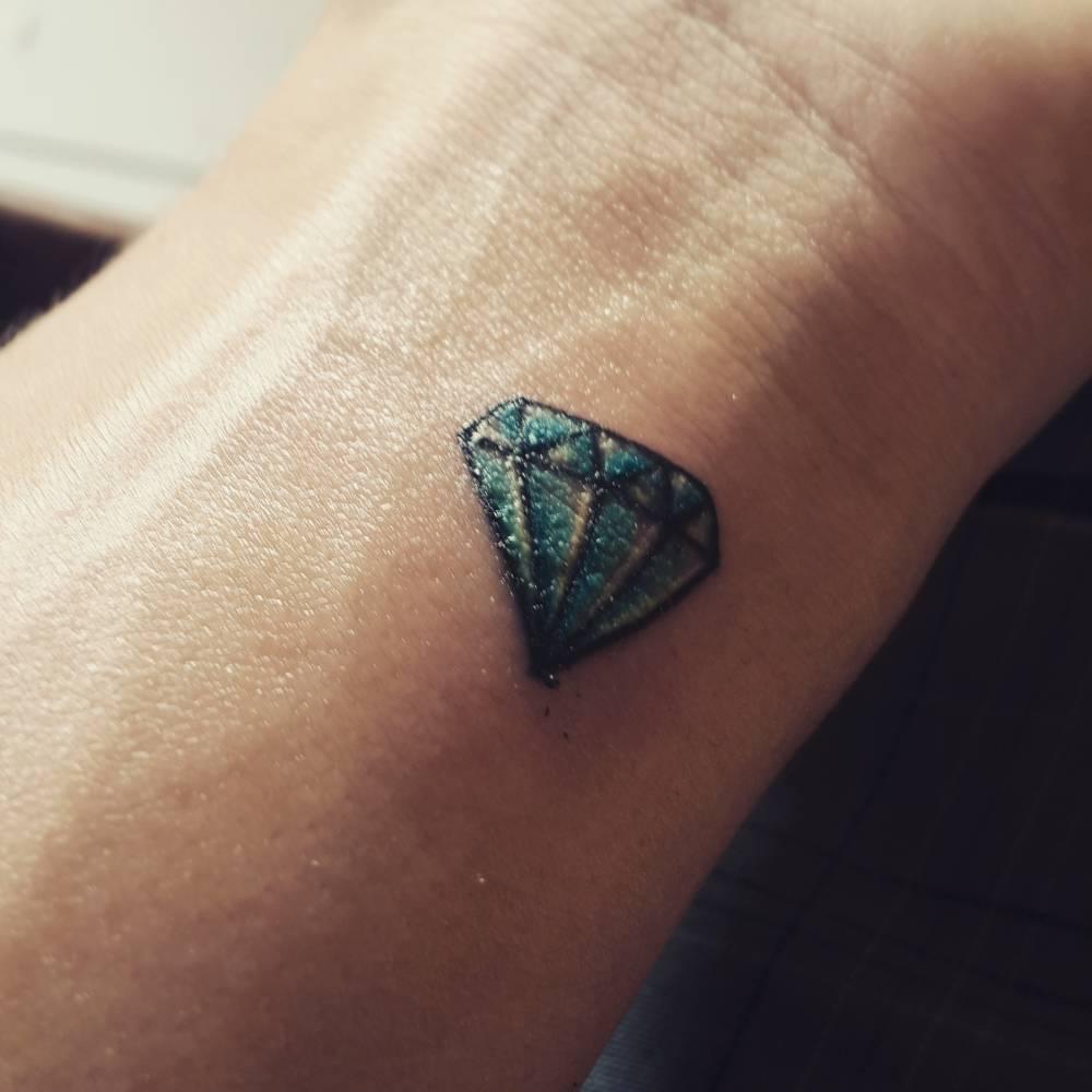 Tatuaje De Un Diamante Azul En La Muñeca